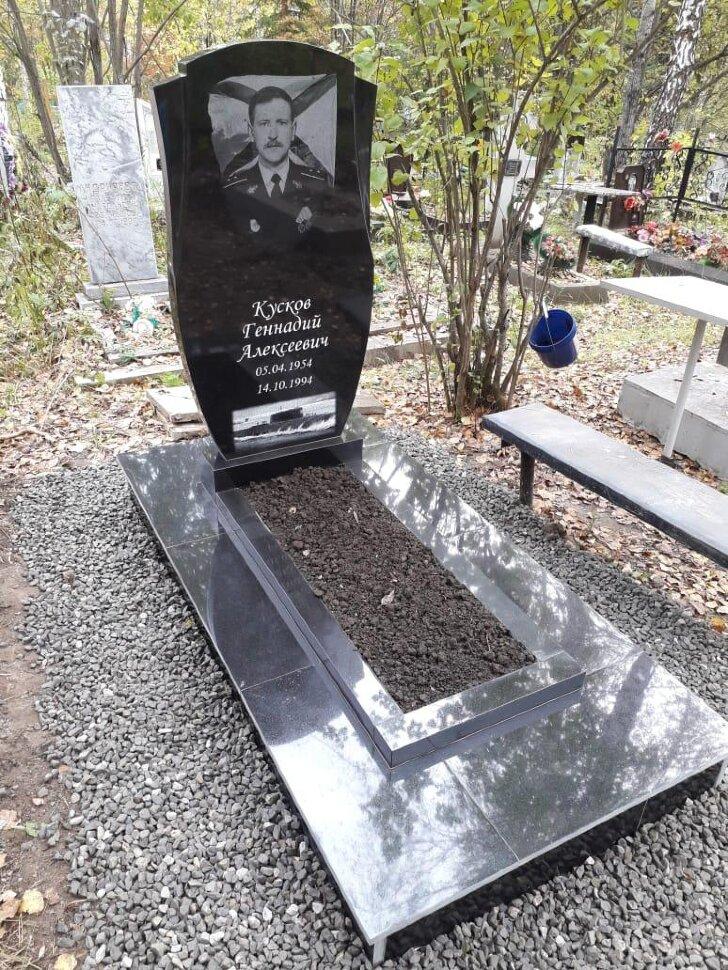 Памятник №27 (черный гранит) в Томске